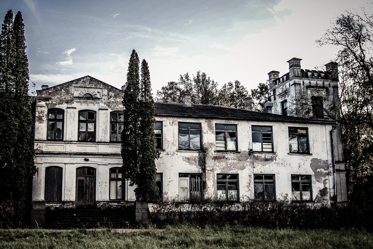 Abandoned Manor Via @Atisgailis